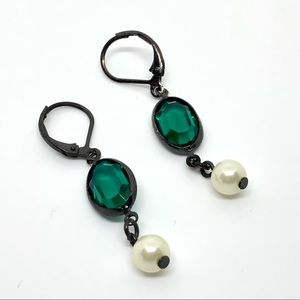Jewelry - 🆕Faceted Green Glass & Pearl Earrings
